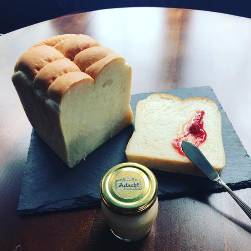 天然酵母パンと苺ミルクジャムイメージ1