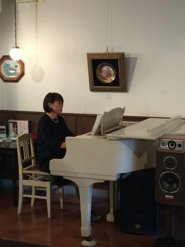 稲垣さんピアノ演奏イメージ1